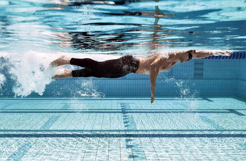 Laufen und Schwimmen die trotz eines Muskelkaters ausgeübt werden können.